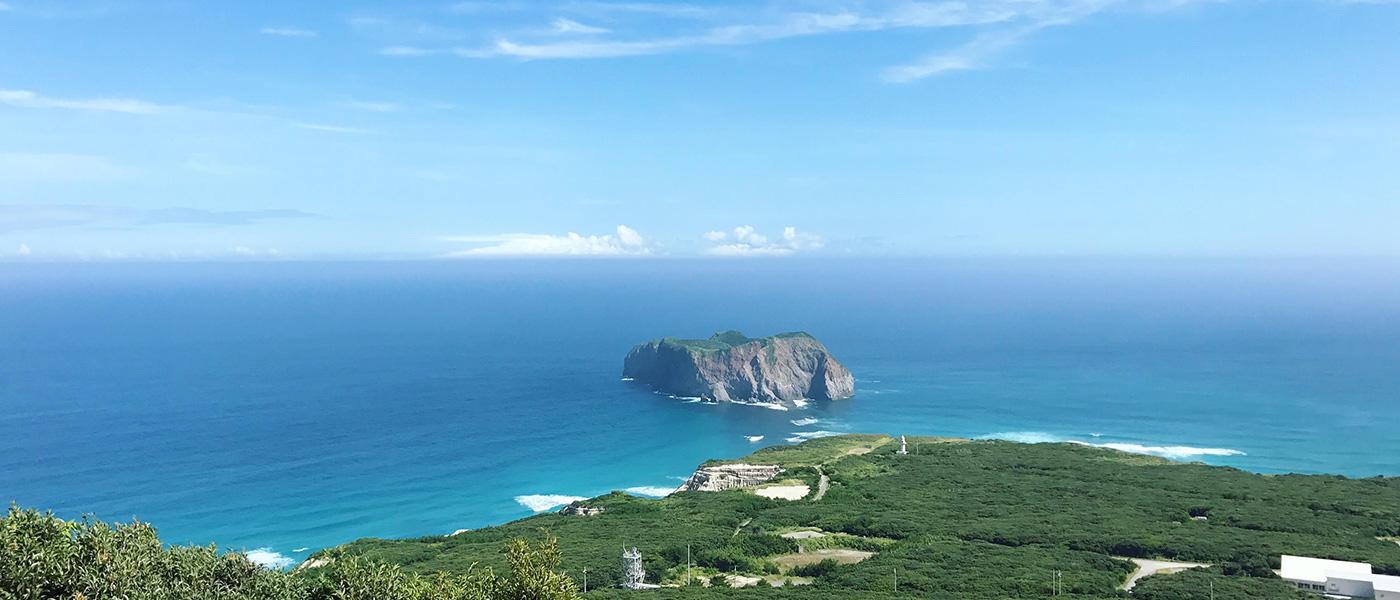 新島の海は豪快かつ神秘的な魅力を持つ海です。